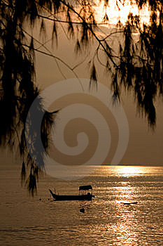钓鱼金黄海运日出 图库摄影 - 图片: 10135052