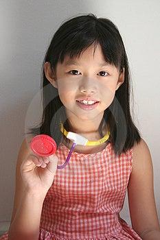 Chica sonriendo y sosteniendo el estetoscopio.