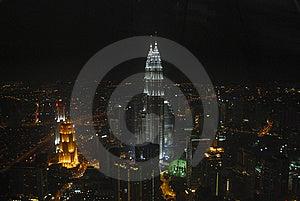 Vista nocturna de la ciudad moderna en la ciudad asiática.
