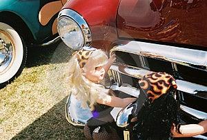 Doll die auto duwen Stock Foto