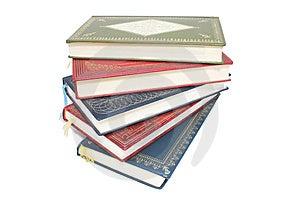 Stack di coloratissimi libri antichi sfondo bianco.