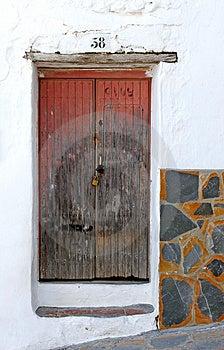 Vieille porte padlocked en bois Photos stock