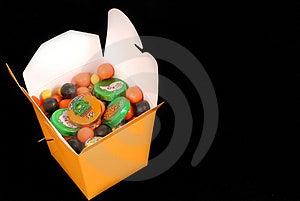 Halloween-suikergoed In Een Oranje Chinese Voedselcontainer Stock Afbeeldingen - Afbeelding: 1265324