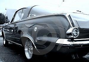 Classico nero auto vista dalla lampada di coda.