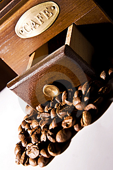 Vintage coffee grinder and coffee beans Free Stock Photography