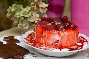 Мороженое политое с вареньем вишни. Стоковое Фото - изображение: 1295210