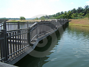 在镇静水的桥梁 库存照片