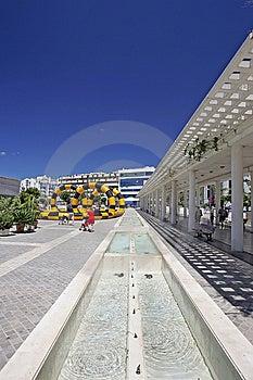 Vue abstraite des bâtiments modernes en nouvelle place ou enceinte Photographie stock libre de droits