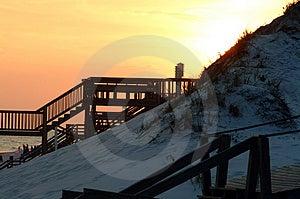 Solnedgångboardwalks och birdhouse Arkivbilder