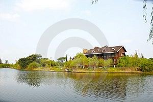 A Casa De Campo Na Beira Do Lago Imagem de Stock Royalty Free - Imagem: 13577396