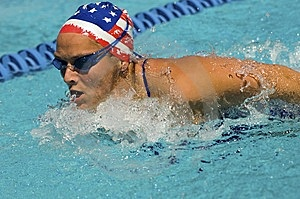 Κτύπημα πεταλούδων κολύμβησης γυναικών Στοκ Φωτογραφία - εικόνα: 13585322