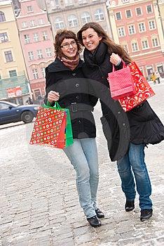 Twee Gelukkige Meisjes Die Fter Winkelen Stock Fotografie - Beeld: 13725282
