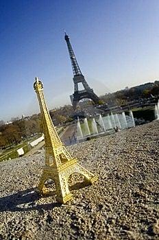 Miniatura Da Torre Eiffel Na Frente Da Torre Real Fotografia de Stock - Imagem: 13791942