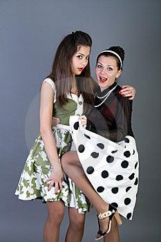 Flickor Lyckliga Retro Utformade Två Arkivfoto - Bild: 13900300