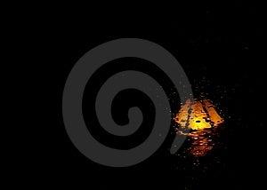 Duisternis, Regen en Lantaarnpaal Royalty-vrije Stock Afbeeldingen
