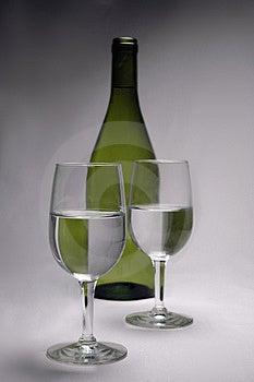 Γυαλιά και ένα μπουκάλι Στοκ Φωτογραφία