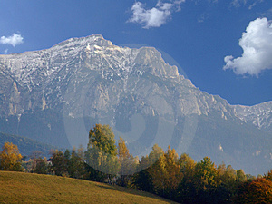 Hornatá krajina v jesennej sezóny.