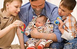 Папа и 3 дет Стоковые Фотографии RF - изображение: 14004168
