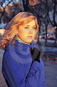 Meisje Met Een Het Doordringen Avond Van De Starende Bliklente Royalty-vrije Stock Foto's - Beeld: 14059258