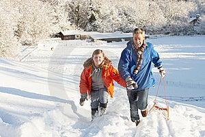 Vater Und Sohn, Die Schlitten Herauf Snowy-Hügel Ziehen Stockfotos - Bild: 14189083