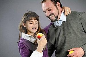 Familia Alegre Que Come Las Frutas Sanas Foto de archivo - Imagen: 14210530