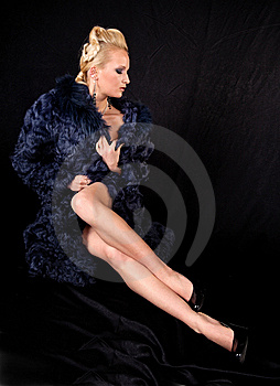 девушка шерсти пальто Стоковые Изображения RF - изображение: 14320539