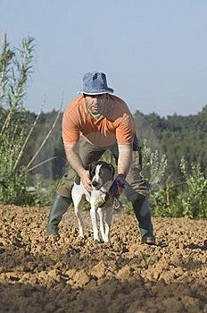 El Granjero Que Recorre Con Es Perro Imagen de archivo - Imagen: 14450541
