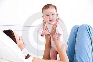Behandla Som Ett Barn Handmoder S Royaltyfri Bild - Bild: 14510076