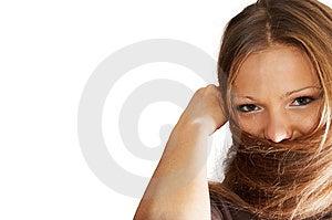 Giovane e bella donna godere di giocare con i suoi capelli.