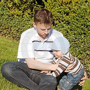 Vater Und Sohn Auf Dem Gras Stockfoto - Bild: 14898780