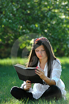 College Student Reads Book Royalty Free Stock Images - Image: 14954429