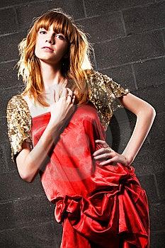 Mujer Pelirroja De Moda En Una Alineada Roja Del Satén Imagen de archivo libre de regalías - Imagen: 15019356