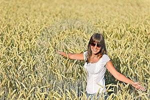 A Mulher Feliz No Campo De Milho Aprecia O Por Do Sol Fotografia de Stock Royalty Free - Imagem: 15247637