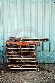Colorfully schilderde houten pallets door een blauwe muur stock foto afbeelding 15481350 - Foto houten pallet ...