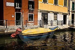 Barca In Un Canale Immagine Stock - Immagine: 15775801