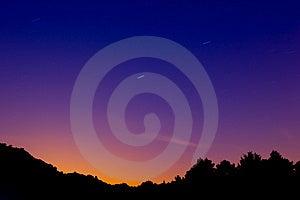 Molto saturi, il paesaggio con le scie delle stelle a causa della rotazione della terra.