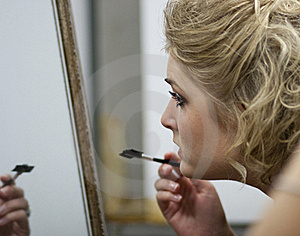 Applying Makeup Royalty Free Stock Images - Image: 15966409