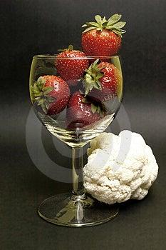 Erdbeere und Blumenkohl Lizenzfreie Stockbilder