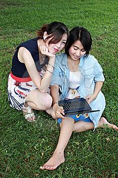 Mooi Meisje Twee Op Een Laptop Computer In Openlucht. Stock Fotografie - Afbeelding: 16511932