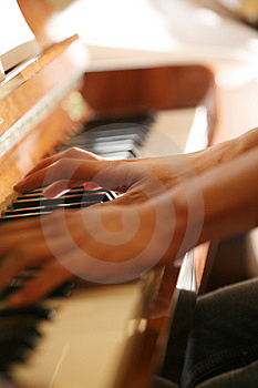 Plays on piano Royalty Free Stock Photos