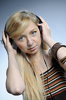 Musica D'ascolto Della Donna Fotografie Stock - Immagine: 16649383