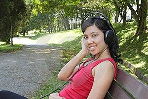 对妇女的听的音乐 免版税库存照片 - 图片: 16701585