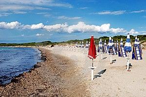 Ombrello Rosso Sulla Spiaggia Fotografia Stock Libera da Diritti - Immagine: 16713575