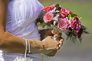 Noiva Que Prende O Ramalhete Bonito Das Flores Fotografia de Stock - Imagem: 17034302