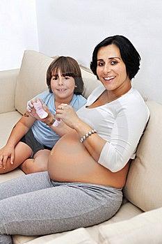 Schwangere Frau Und Ihr Junger Sohn Stockfoto - Bild: 17187590