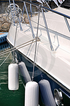 A White Yacht Stop In Harbor Stock Photography - Image: 17343732