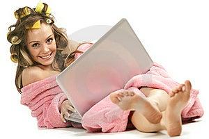Muchacha En La Bata Rosada Que Se Sienta Con La Computadora Portátil Foto de archivo - Imagen: 17405560