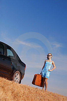 Meisje Dichtbij De Auto Royalty-vrije Stock Foto's - Afbeelding: 17454048