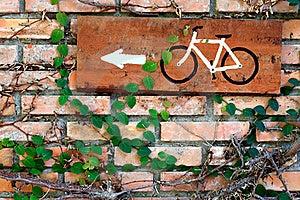 Parede De Tijolo Com Placa Da Bicicleta Foto de Stock - Imagem: 17634380