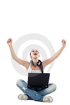 Mujer Joven Que Se Sienta Con La Computadora Portátil Que Aumenta Las Manos Fotografía de archivo - Imagen: 17852762